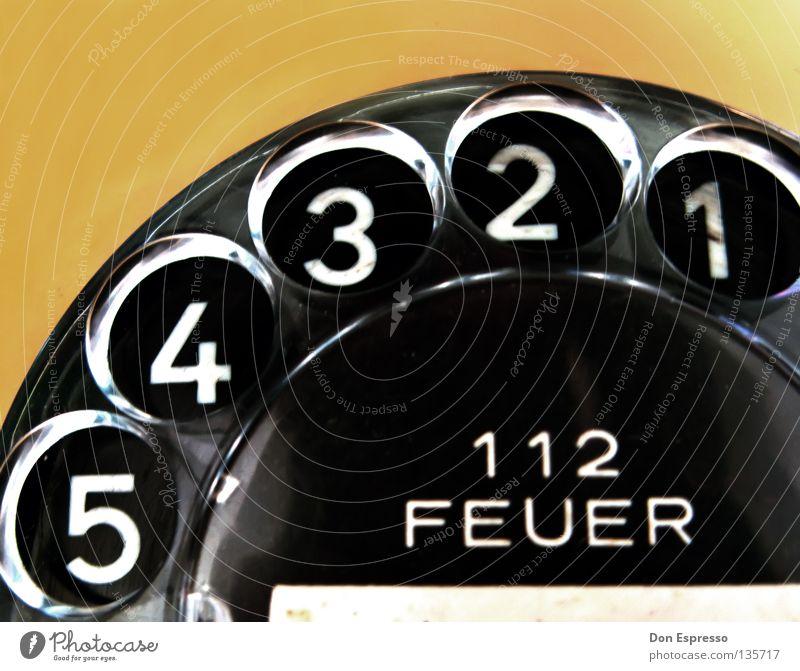 Alarma! 1 Tod 2 Kommunizieren 3 Telekommunikation Brand Telefon Hilfsbereitschaft Ziffern & Zahlen 4 5 brennen Desaster Rettung wählen