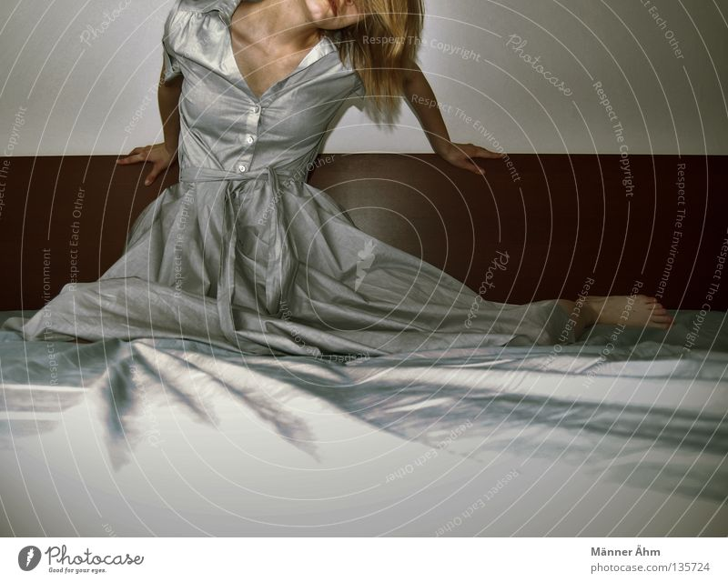 Over-all-Messung... Frau Hand Ferne Haare & Frisuren blond Hintergrundbild warten liegen Suche Bett Kleid festhalten Rahmen Schulter Momentaufnahme Gedanke
