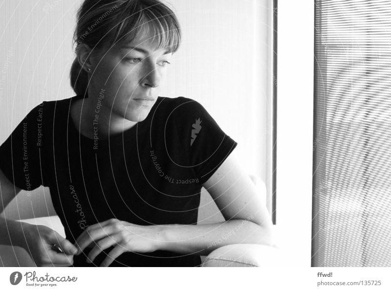 sorrow Frau Denken Geistesabwesend Sorge schwierig Trauer untergehen verträumt unaufmerksam Rausch Ferne schwarz weiß Fenster Sessel Verzweiflung