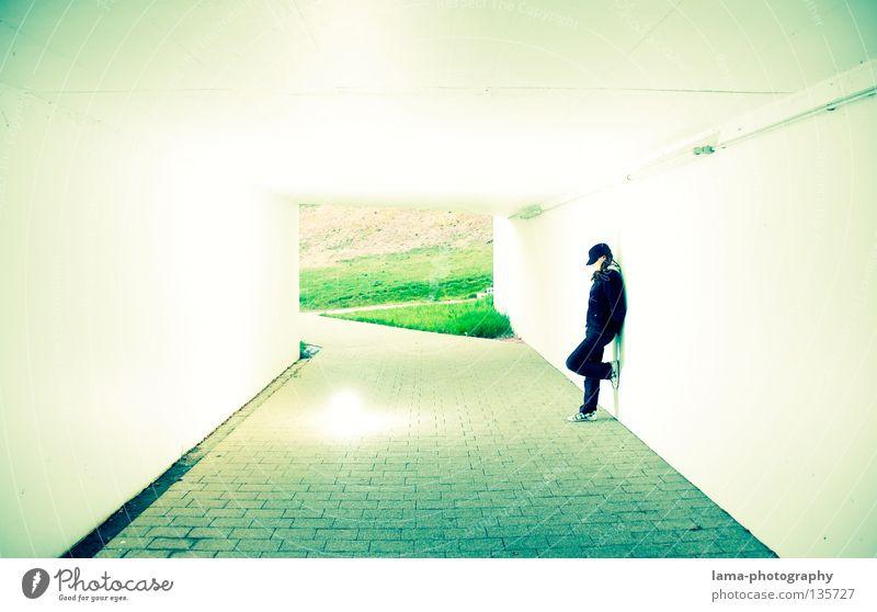 & WHITE Tunnel Durchgang Garage Untergrund Bürgersteig Park schwarz Frau verdeckt Mütze stehen anlehnen suspekt blenden Wiese Zukunft planen Wunsch träumen