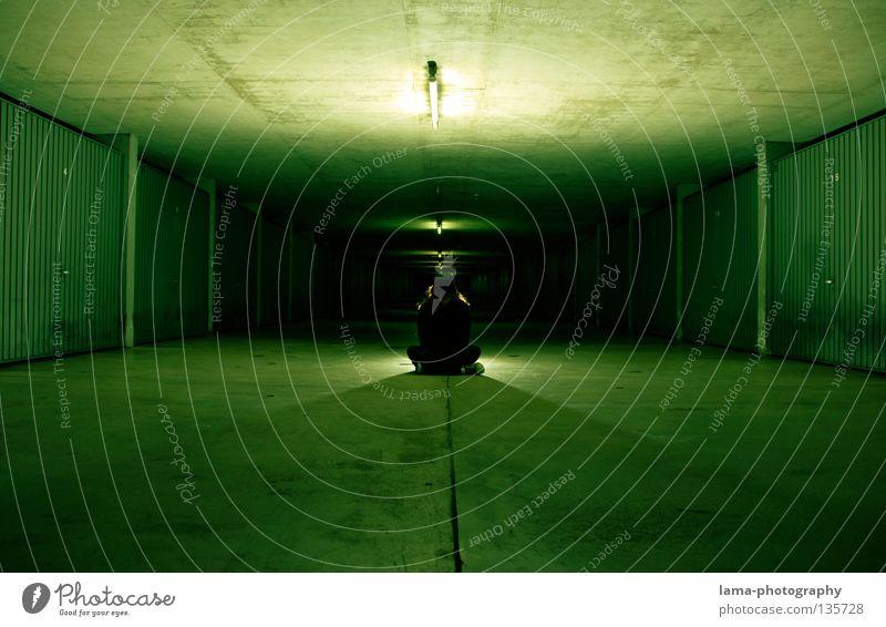 BLACK Mensch grün schwarz Straße dunkel Lampe träumen Stimmung Beleuchtung Zeit Raum Angst außergewöhnlich warten sitzen Mund