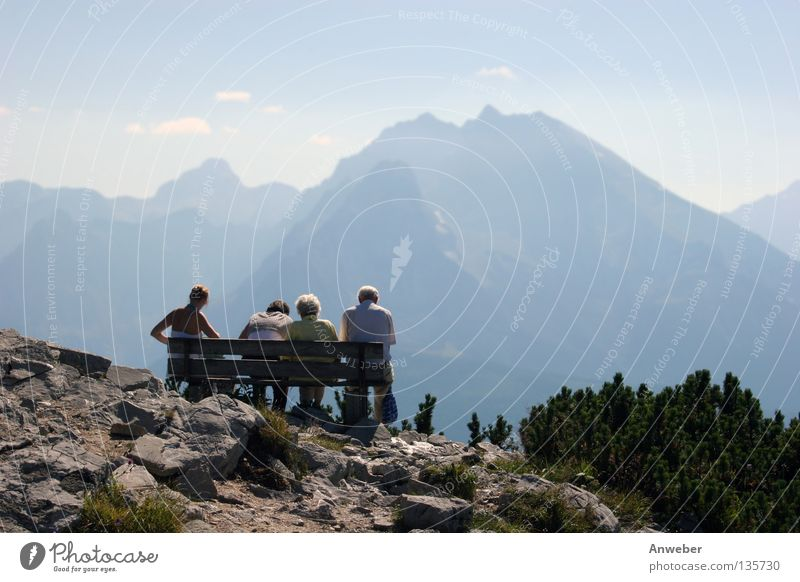 Watzmann & 3 Generationen auf Bank am Kehlstein Frau Mensch wandern Mann Natur Ferien & Urlaub & Reisen Sommer Freude Erholung Spielen Freiheit Senior Glück