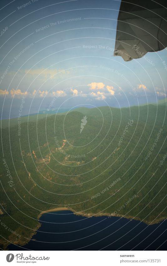 höhenflug Himmel weiß Sonne Meer grün blau Strand Ferien & Urlaub & Reisen Wolken Wiese Berge u. Gebirge Küste Flugzeug fliegen Luftverkehr fahren
