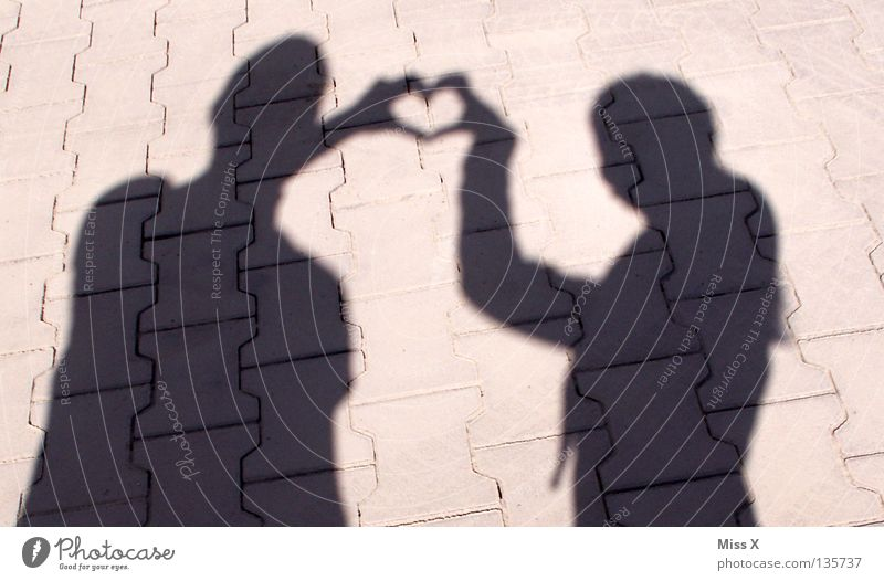 Schattenseiten der Liebe II Mensch schwarz Straße grau Glück Stein Paar Zusammensein Herz paarweise Romantik Asphalt berühren Vertrauen Partner