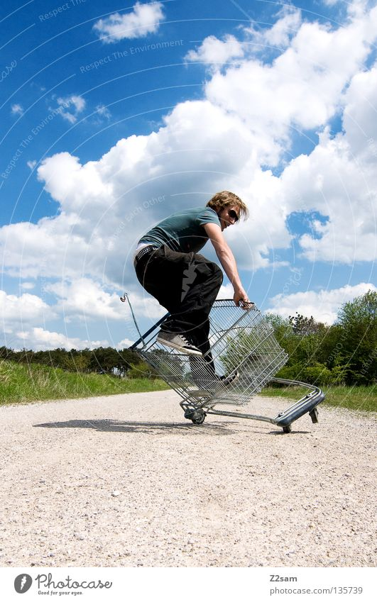 shopping surfer - typisch billig glump fallen umfallen Zufriedenheit festhalten grün Wiese Sträucher Baum Fußweg Wolken stehen Einkaufswagen Käfig Sommer saftig