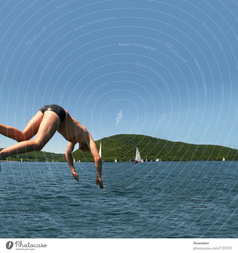 Edersee in Nordhessen - Sprung ins kühle Nass Fröhlichkeit Segeltörn Edertal Sommer Schwimmsportler Sommerferien Europa Mann Wellen Segeln Segelboot Sportboot