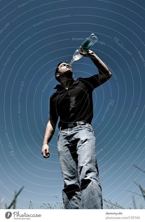 keep cool Mann Wasser Hand blau Sommer schwarz kalt Gras Wärme Beine Mund Feld Arme Haut trinken Jeanshose