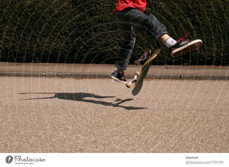Skate it! VI Kind Jugendliche rot Freude schwarz Straße Sport Junge springen Spielen Bewegung Gesundheit Aktion Freizeit & Hobby Fitness Skateboarding