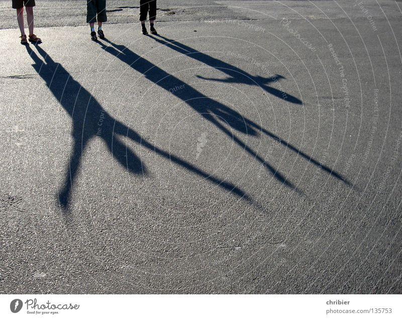 Scheinriesen II Schatten Kind Freude Applaus schwarz grau Silhouette Arme Sonnenuntergang Asphalt Beton Straßenbelag Teer Übermut hüpfen