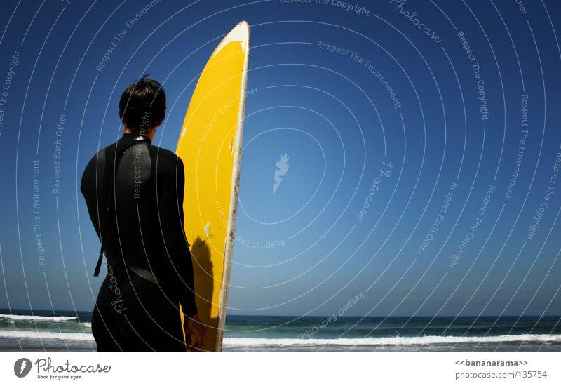 Ruhe vor dem Sturm Surfer Meer Wellen Surfbrett gelb Himmel Sport Mann Horizont Funsport Wasser Sommer Ocean Sea Wind Wasser Himmel Sky Wetsuit Wildwasser