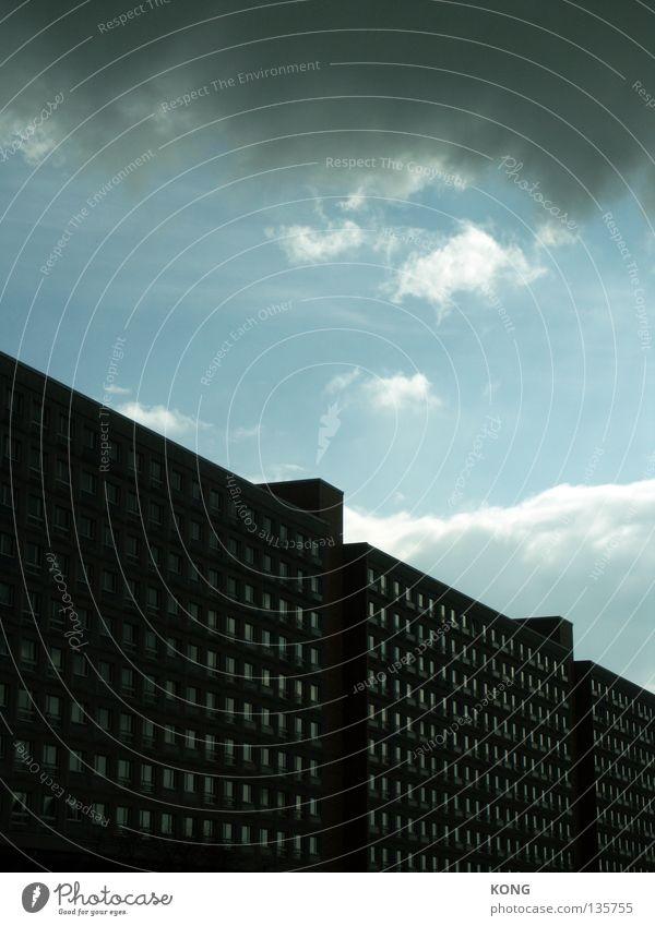 wucht Himmel Stadt Haus Wolken Berlin Fenster Gebäude Angst Wohnung Wetter Beton Hochhaus modern trist