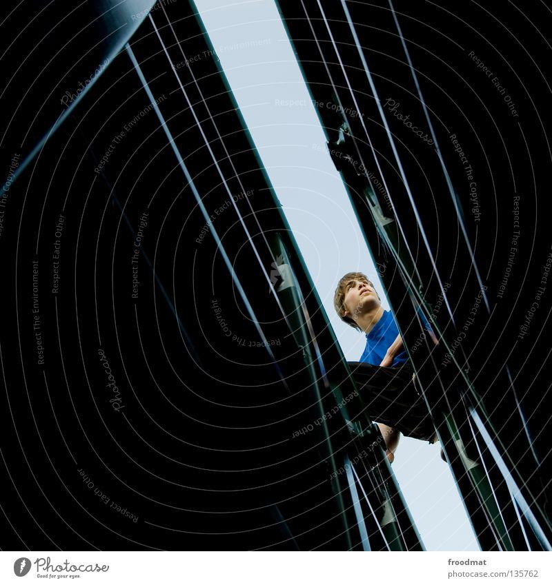 spalt im quadrat Jugendliche Freude Erholung dunkel Spielen Zufriedenheit Angst frei Erfolg ästhetisch verrückt Aktion Coolness Klettern Schweiz Mut