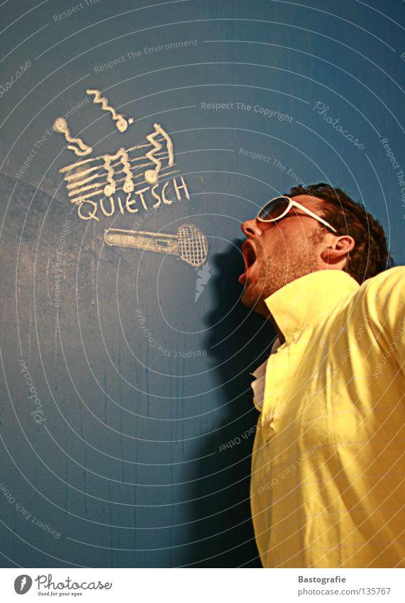 quietsch Straßenkunst falsch Wand Sonnenbrille Quietschen Mikrofon singen Sänger Freude Club Konzert Musik Kreide Ton verrückt au Schmerz ohrenweh ohrenschmerz