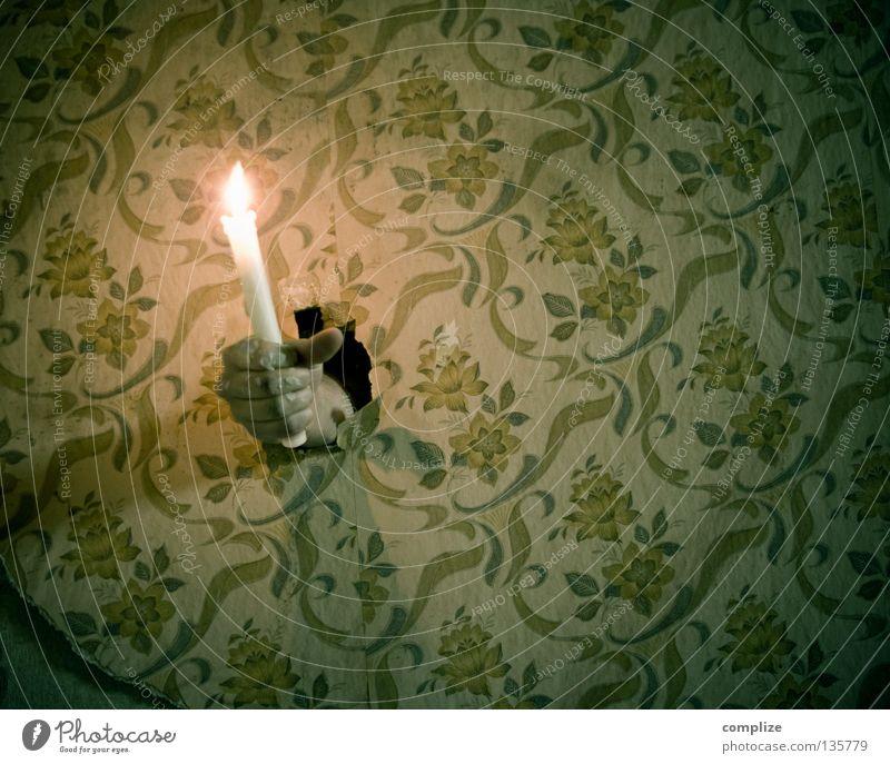 Wandleuchte Kerze Licht alternativ Heimwerker produzieren tapezieren Handwerker heimwerken Renovieren Sanieren Reparatur antik verwohnt verfallen Tapete müssen