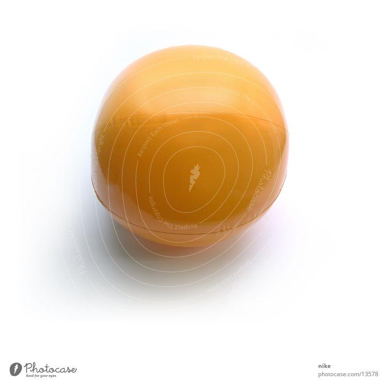 Wasserball rund Ball Dinge Objektfotografie Wasserball gelb-orange Vor hellem Hintergrund