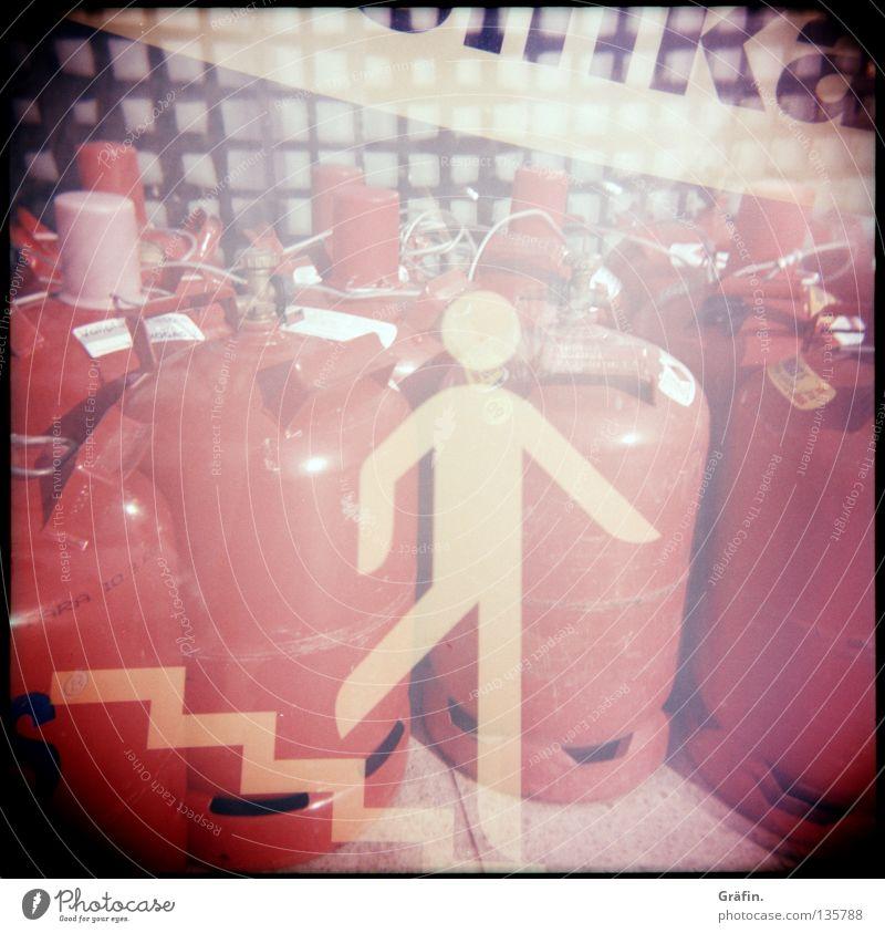 Auf der Flucht Gasflaschen rot Doppelbelichtung Piktogramm Gitter Zaun Restaurant Hinweisschild Dienstleistungsgewerbe Lomografie Industriefotografie Treppe