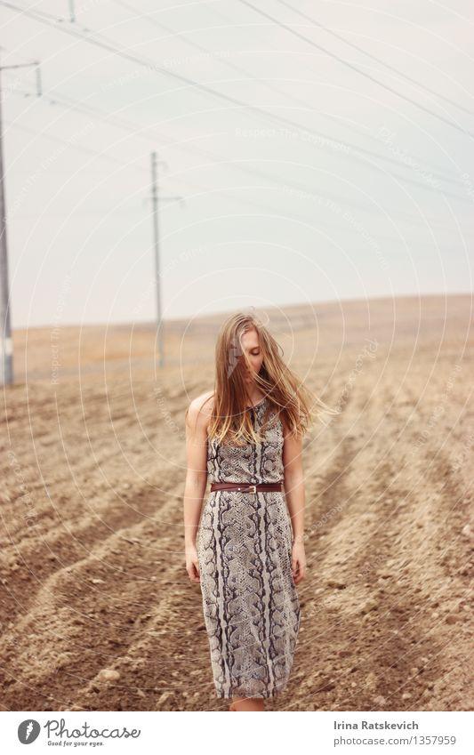 Portrait des schönen Mädchens auf dem Gebiet Junge Frau Jugendliche Körper Kopf Haare & Frisuren Gesicht 1 Mensch 18-30 Jahre Erwachsene Natur Landschaft