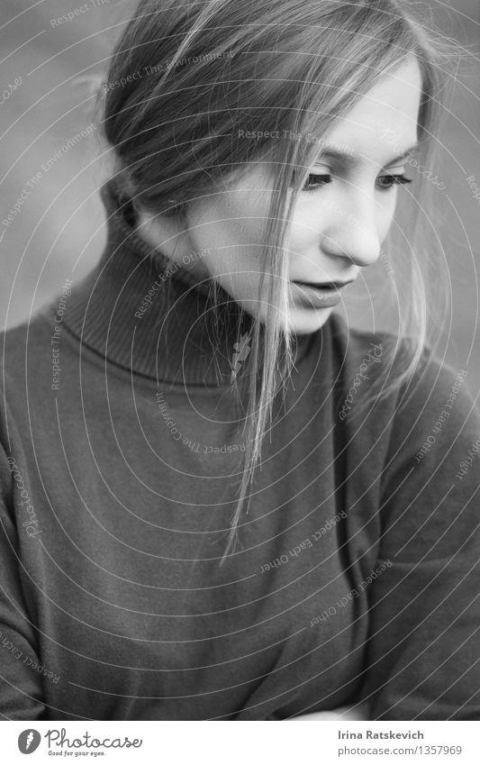 1 Junge Frau Jugendliche Haut Kopf Haare & Frisuren Gesicht Auge Mund Mensch 18-30 Jahre Erwachsene Mode Pullover blond dünn authentisch frei Fröhlichkeit