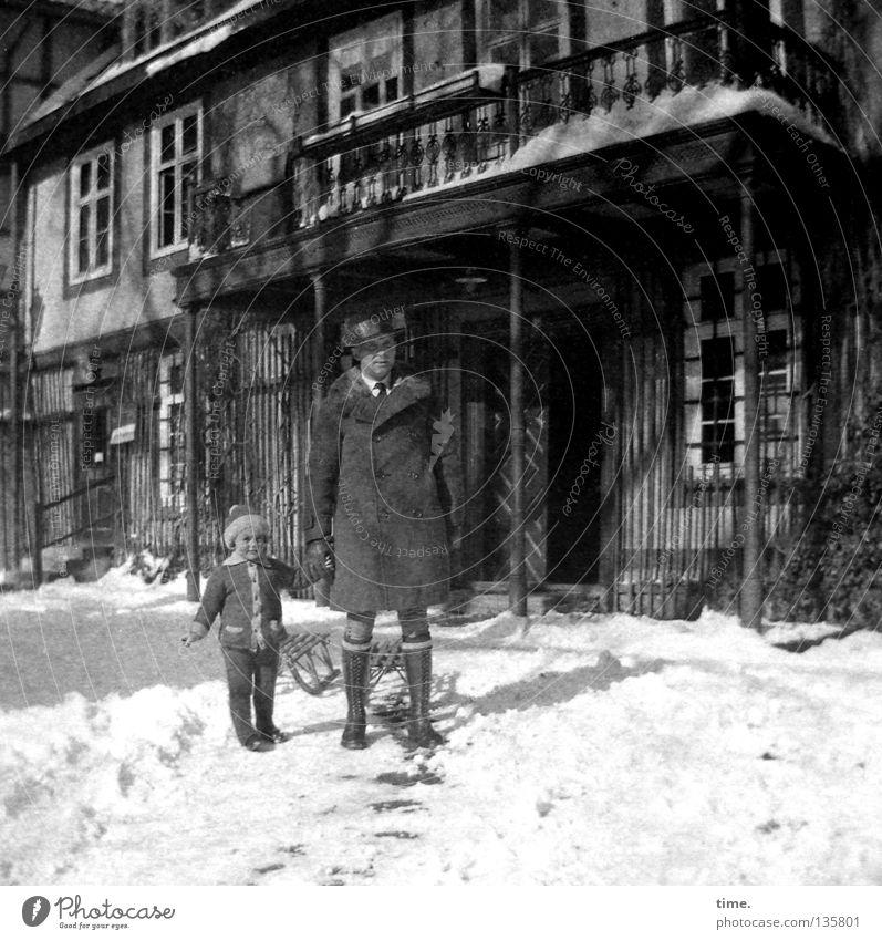 Schnee gucken gehen Ausflug Haus Kind maskulin Mann Erwachsene Vater Schönes Wetter Balkon Fenster Bekleidung Kommunizieren Partnerschaft Sohn Fachwerkfassade