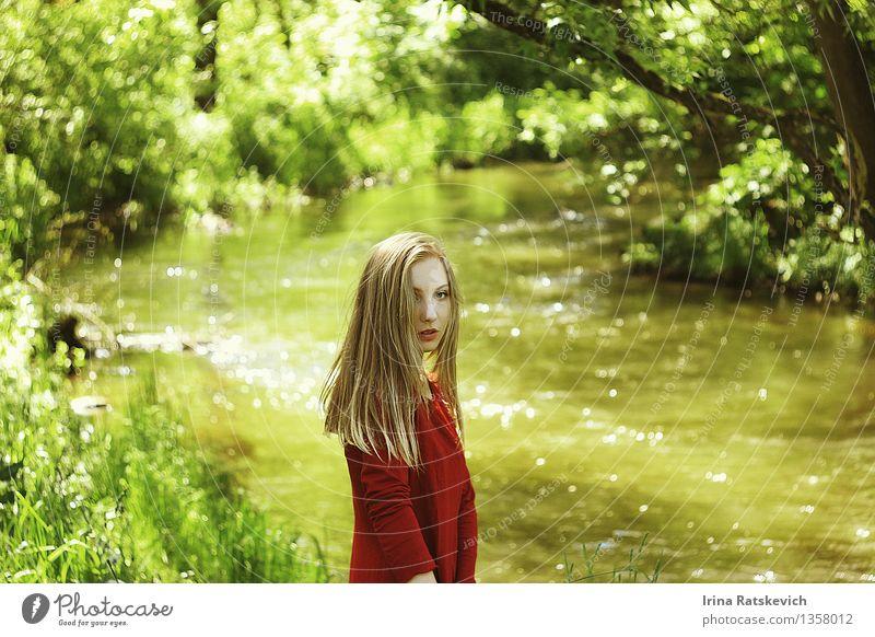 Sommerstimmung Mensch Natur Jugendliche schön Junge Frau Baum Landschaft 18-30 Jahre Wald Erwachsene Gras Haare & Frisuren Mode Stimmung frisch