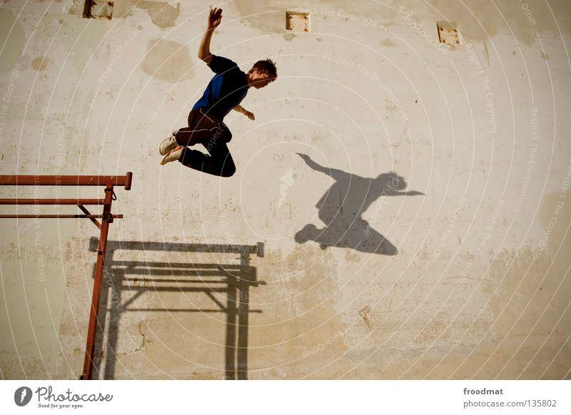 Parallelflug Jugendliche Himmel Freude Sport Erholung Wand springen Bewegung Mauer Zufriedenheit Flugzeug elegant frei verrückt Aktion
