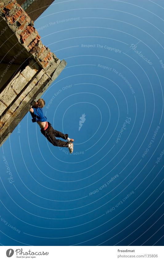 abhang Himmel Jugendliche Freude Erholung Bewegung springen Mauer lustig Zufriedenheit elegant frei Flugzeug ästhetisch Luftverkehr verrückt Aktion