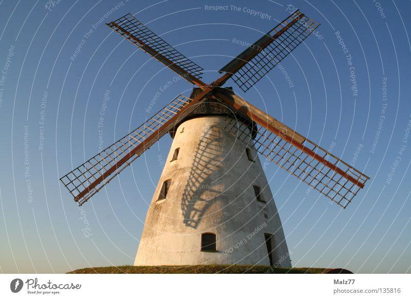 X in the sky Windmühle beeindruckend weiß Sonnenuntergang azurblau grün Fenster klein majestätisch erhaben historisch Himmel Anhöhe Schatten Flügel Don Quijote