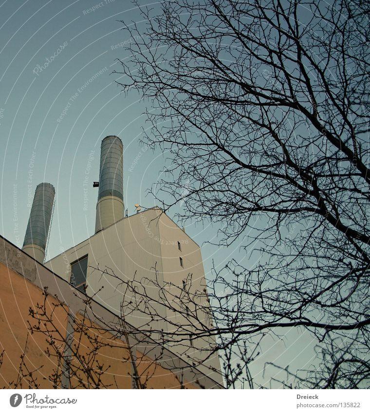 Kraftwerk Schornstein Umwelt Umweltverschmutzung Industrie Stromkraftwerke Emission Froschperspektive aufwärts vertikal Klarer Himmel Wolkenloser Himmel