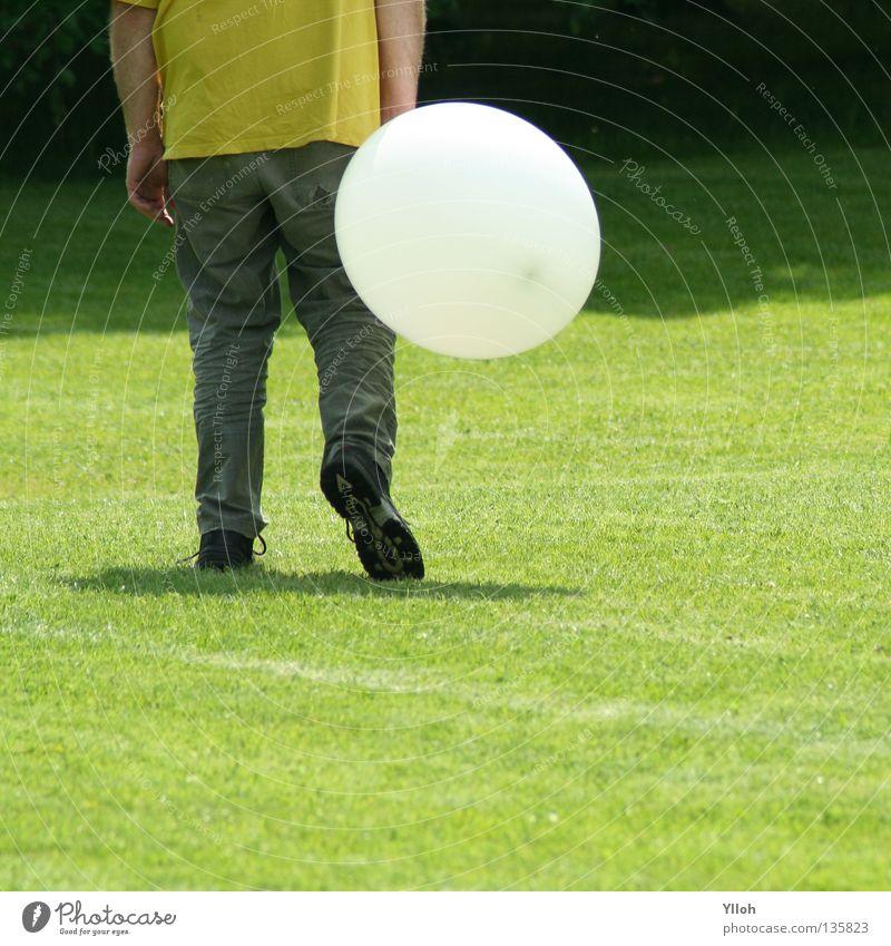 Luftballon grün Freude Wiese Freiheit Schuhe Beine Arme groß Frieden Hose Ausgelassenheit