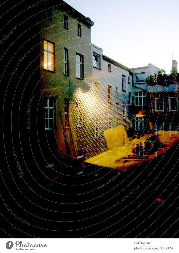 Inside out/outside in Haus Hinterhof Meer Küche Fenster erleuchten Erkenntnis Reflexion & Spiegelung Geschirrspülen Abend Wohnung Detailaufnahme hinterhaus