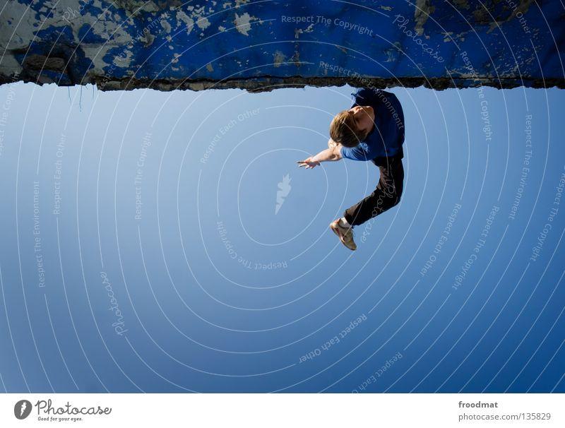 feeling blue Himmel Jugendliche blau Freude Erholung Spielen Bewegung springen Mauer lustig Zufriedenheit elegant frei Flugzeug ästhetisch Luftverkehr