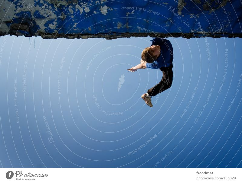 feeling blue Le Parkour springen Rückwärtssalto rückwärts Gegenlicht Schweiz akrobatisch Flugzeug Körperbeherrschung Mut Risiko gekonnt lässig schwungvoll