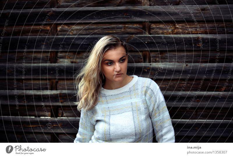 _ Mensch schön Einsamkeit ruhig Erwachsene Leben feminin Stil Holz Haare & Frisuren Lifestyle blond ästhetisch warten beobachten einzigartig
