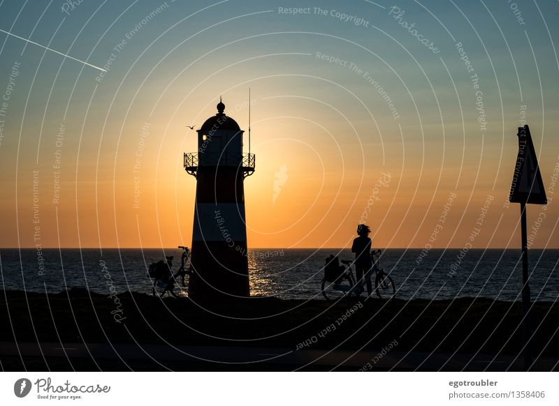 Leuchtturm Fahrrad Ferien & Urlaub & Reisen Fahrradtour Strand Meer Frau Erwachsene 1 Mensch Wasser Himmel Horizont Sonnenaufgang Sonnenuntergang Herbst