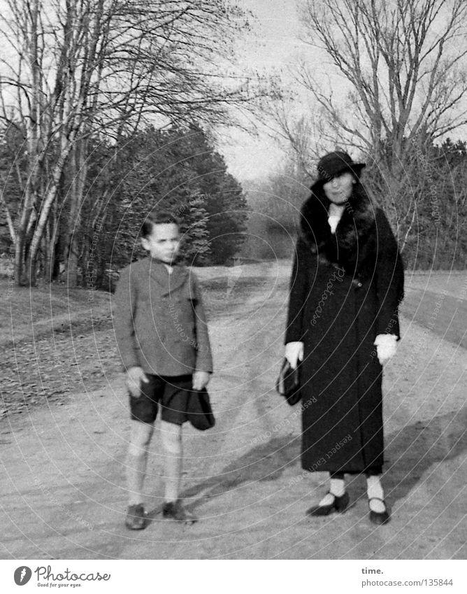 Junge mit seiner Mutter Frau Baum Junge Park Bekleidung Mutter Kommunizieren stehen Spuren Hut historisch Schönes Wetter Shorts Hecke Sohn Eltern