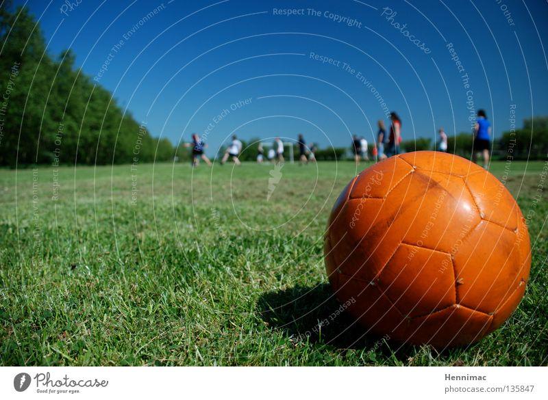 Freistoss! Sommer Wiese Fußballplatz schießen grün Jugendliche Sport Spielen Ball Rasen Bolzplatz orange blau Teenys Schönes Wetter