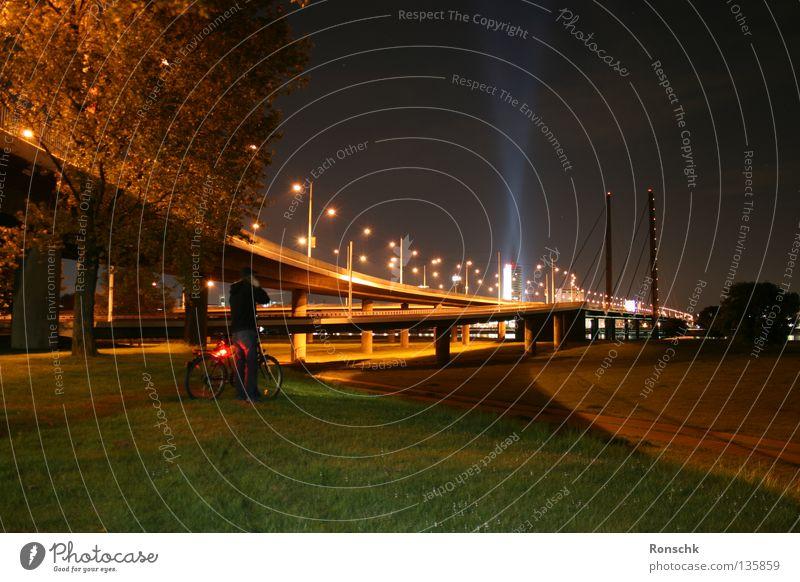 Far Away Stadt dunkel Wiese Fahrrad Brücke Düsseldorf Rhein