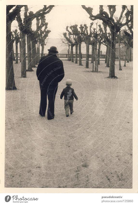Ewald - a walk in the park Kind Mann alt weiß Baum schwarz Junge Garten Park gehen wandern Spaziergang Hut Vater historisch Richtung