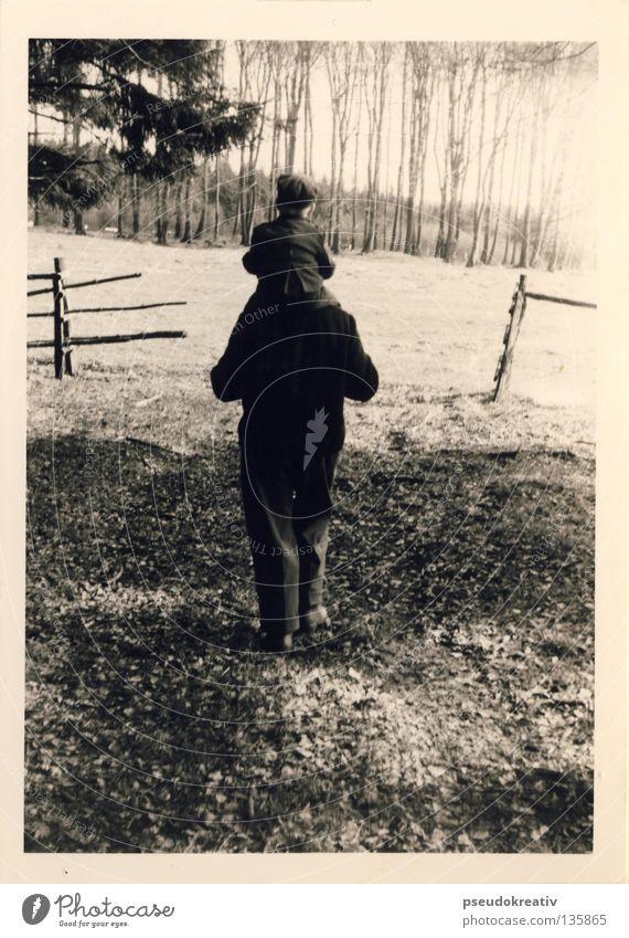 Andreas - historic walk Mann Sohn Vater Großvater Enkel Kind schwarz weiß Baseballmütze Richtung Spaziergang Baum Park Anzug wandern gehen Wald Fußweg