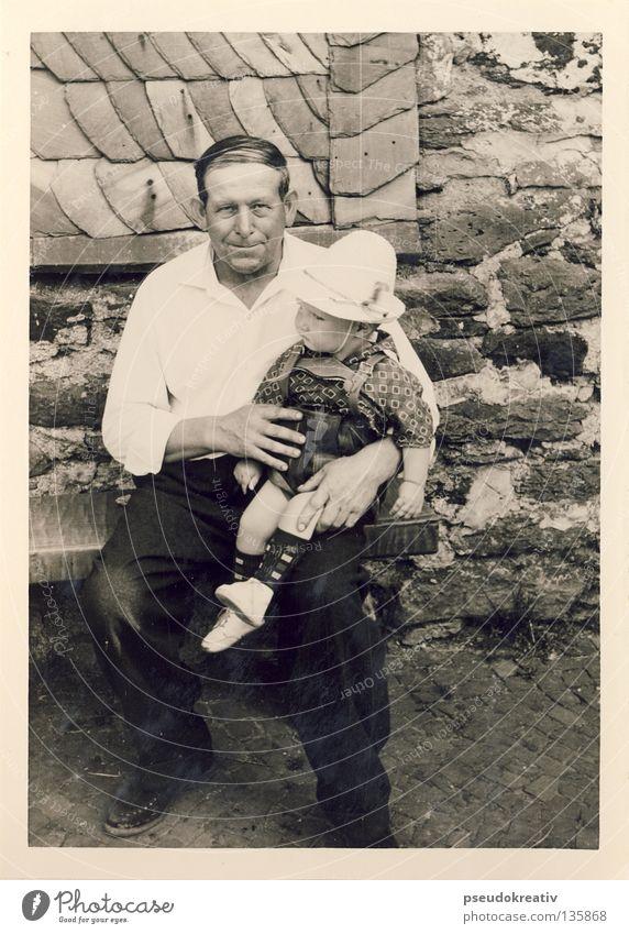 Ewald - jug ears Mann Sohn Vater Großvater Enkel Kind schwarz weiß Segelohr Schutz Mauer Hemd Latzhose historisch Schwarzweißfoto Fotografie Junge alt Hut