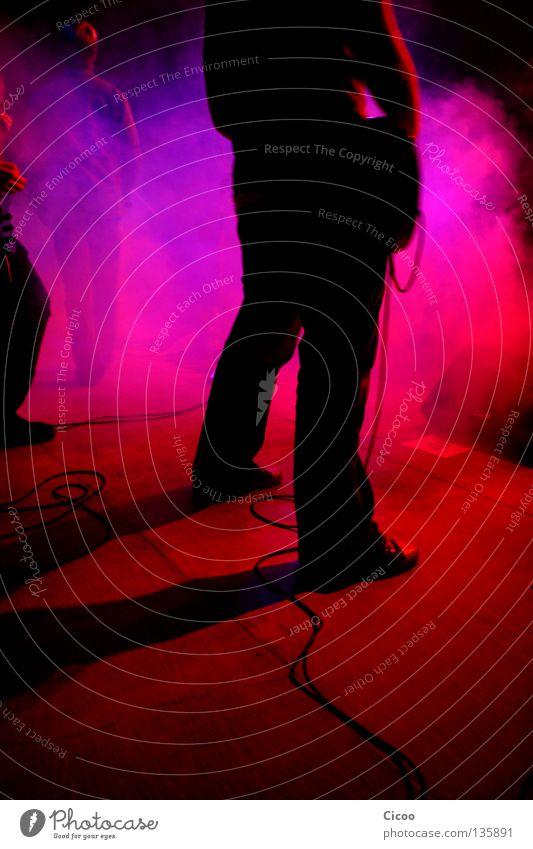 Stand Fest Konzert Stimmung laut mehrfarbig Licht Mensch Publikum Saite Gitarrenspieler Verstärker Gesang Mikrofon Bühne Nebel groß lang Silhouette rot rosa