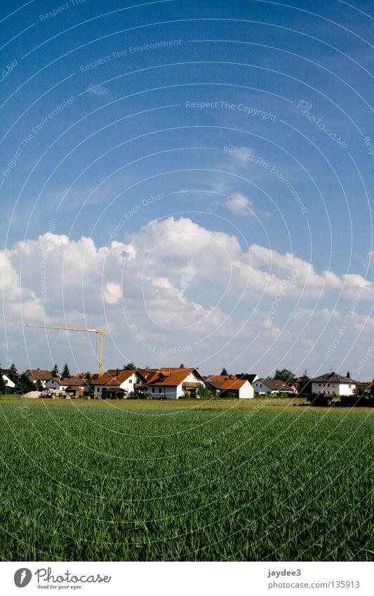 Vierschichtig Himmel Sommer Haus Wolken Wiese Gras Graffiti hell Feld Dorf Idylle Schönes Wetter bauen Kran