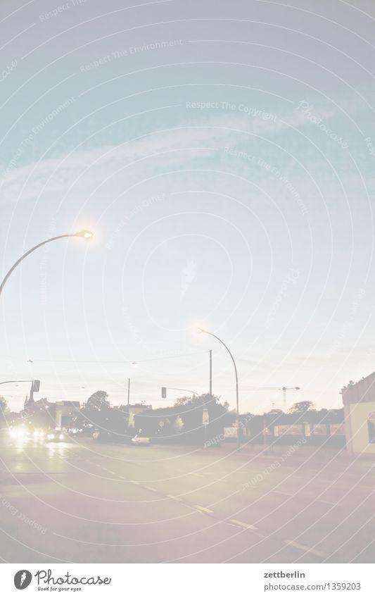 Schöneberg Berlin Abend Nacht dunkel Himmel Straße Verkehr Straßenverkehr Ampel Laterne Straßenbeleuchtung Textfreiraum Hintergrundbild Nachthimmel Fehler