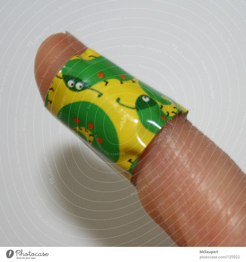 Tausendfüßler am Finger 2 grün Freude gelb Spielen klein Gesundheit Fröhlichkeit Schmerz zeigen obskur zusätzlich geschnitten Heftpflaster Wunde