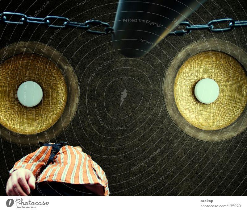 Polymetrisch Mann Lautsprecher Froschperspektive chaotisch Hemd Hand Orientierung laut Krach ohrenbetäubend Konzentration Mensch Perspektive Kette verrückt