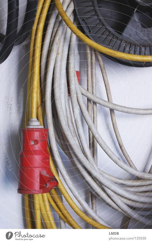 Kabel-Spaghetti weiß rot schwarz gelb Arbeit & Erwerbstätigkeit Wand grau dreckig geschlossen Industrie Elektrizität Kabel Baustelle lang Werkstatt Leitung