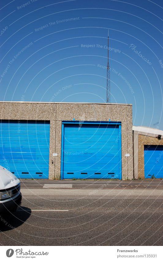 Das Geheimnis ist... Himmel Stadt blau Sommer Haus Straße PKW fahren Sauberkeit Asphalt Statue Verkehrswege Schönes Wetter falsch parken Garage