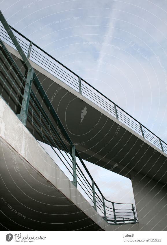 Architektur in Berlin Beton grau Brücke Geländer Himmel blau Linie