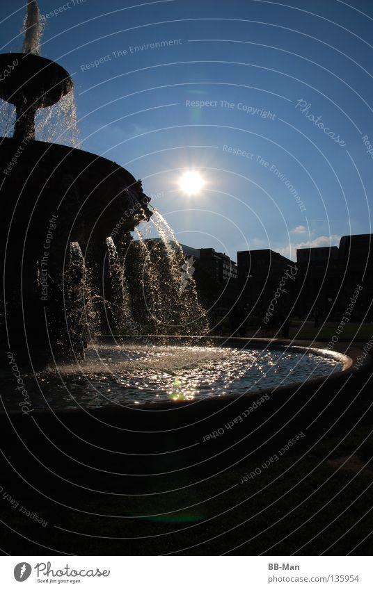 Sonnenquelle Natur Wasser schön Himmel blau Sommer schwarz gelb Garten Park Wärme glänzend Wassertropfen Physik
