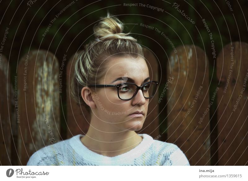II Mensch feminin Junge Frau Jugendliche Erwachsene Leben Gesicht 1 18-30 Jahre Mode Bekleidung Accessoire Brille Haare & Frisuren Dutt beobachten authentisch